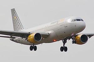Airbus A320-214 Vueling EC-LOP.jpg