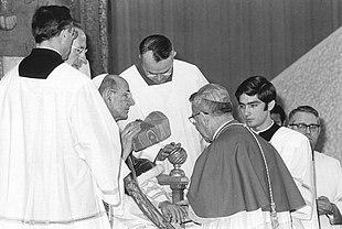 Papa Paolo VI mentre impone la berretta cardinalizia ad Albino Luciani