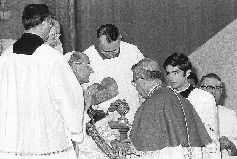 Pave Paul VI gir kardinalbirettaen til Albino Luciani