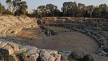 Quel che oggi rimane visibile dell'Anfiteatro romano di Siracusa, la sua possente struttura circolare venne interamente asportata dagli spagnoli che la usarono per fabbricare le fortificazioni della città in epoca medievale