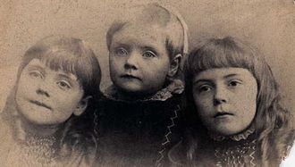 Anne O'Hare McCormick - Anne O'Hare McCormick on right, about 10 years old, with sisters Mabel and Florence