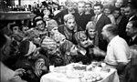 Atatürk folklor ekibiyle sohbet ederken.jpg