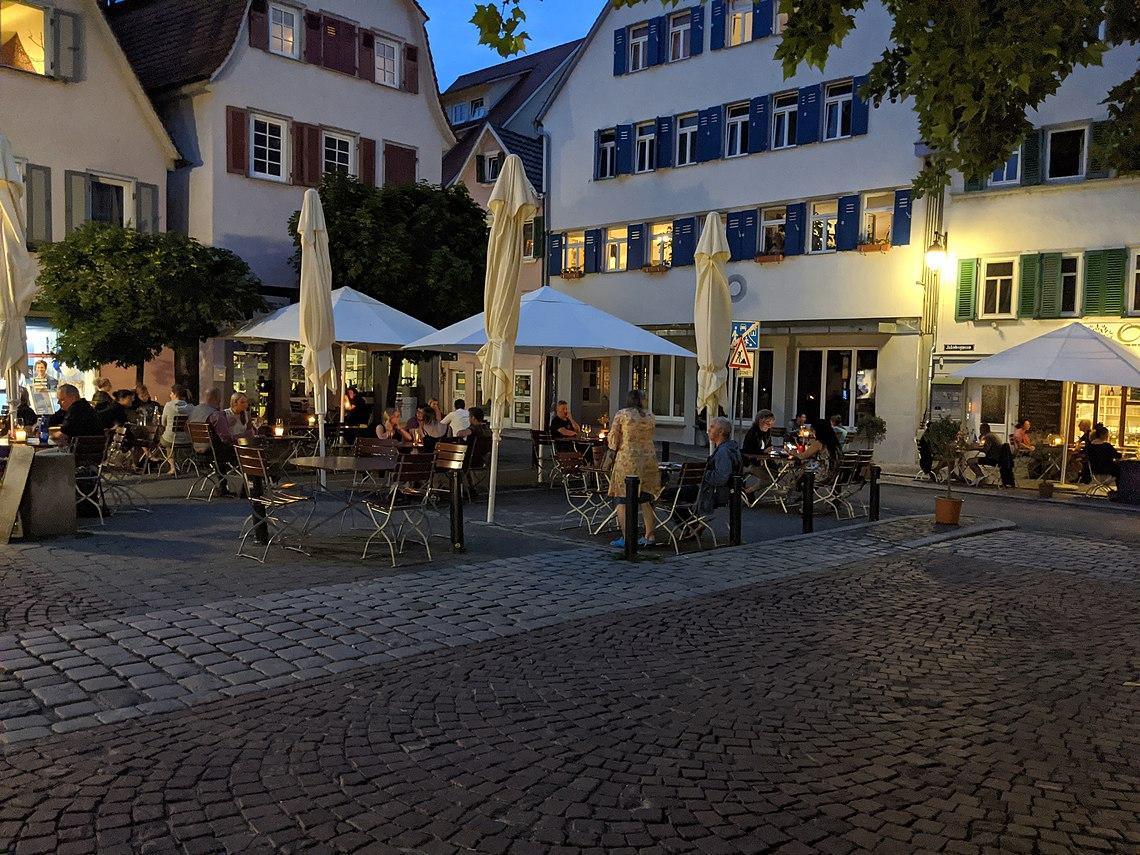 Außenbereiche der Gastronomie an der Krummen Brücke in Tübingen.jpg