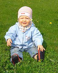 Bebé jugando en la hierba