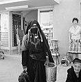 Bedoeïenenvrouw in traditionele kledij met in de ene hand een blik en in de ande, Bestanddeelnr 255-3441.jpg