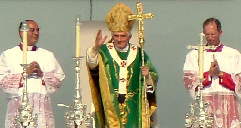 File:Benedikt.Messe.Freiburg.Papst.nah.jpg