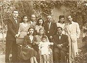 جمعی از خانواده بیبیخانم، ایستاده از راست به چپ: حسینعلی وزیری- بدری وزیری- آقا بزرگ ملاح - مهلقا ملاح- حسنعلی وزیری- مهیندخت- خسرو ملاح
