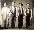 Billy le Kid, Doc Holliday, Jesse James et Charlie Bowdre, à Las Vegas en 1879.jpg