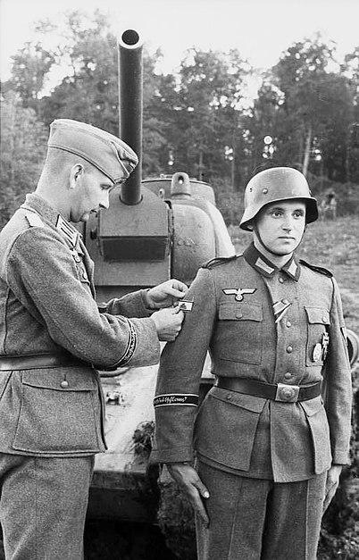 File:Bundesarchiv Bild 101I-712-0472-02, Russland, Verleihung Panzervernichtungabzeichen.jpg