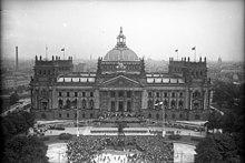Bundesarchiv Bild 102-13.744, Berlino, Reichstag, Verfassungsfeier.jpg