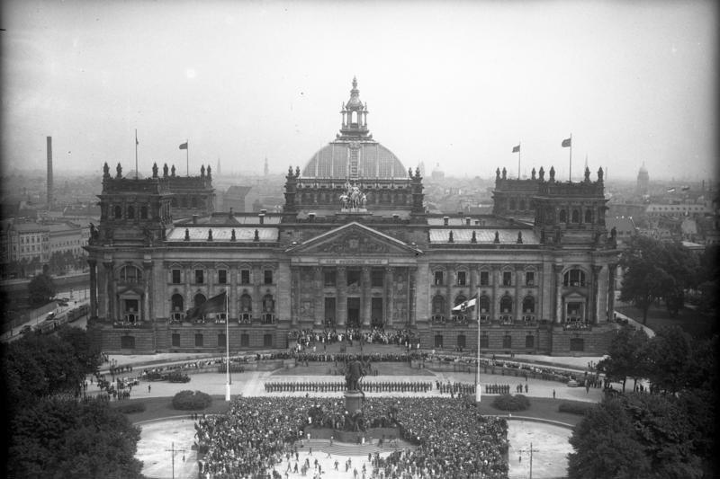 Bundesarchiv Bild 102-13744, Berlin, Reichstag, Verfassungsfeier