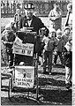Bundesarchiv Bild 183-1987-0414-030, Bez. Schwerin, Leierkastenmann Rolf Becker.jpg