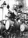 Bundesarchiv Bild 183-F1228-0014-001, Kombinat Böhlen nimmt Erdölverarbeitung auf.jpg