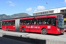 Красный сочлененный автобус