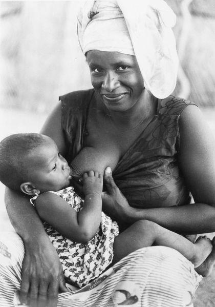 File:COLLECTIE TROPENMUSEUM Portret van Mariame dochter van Tibabou met haar zoon aan de borst TMnr 20010220.jpg