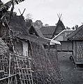 COLLECTIE TROPENMUSEUM Schutting (pagar) in een kampong Garoet TMnr 60016908.jpg