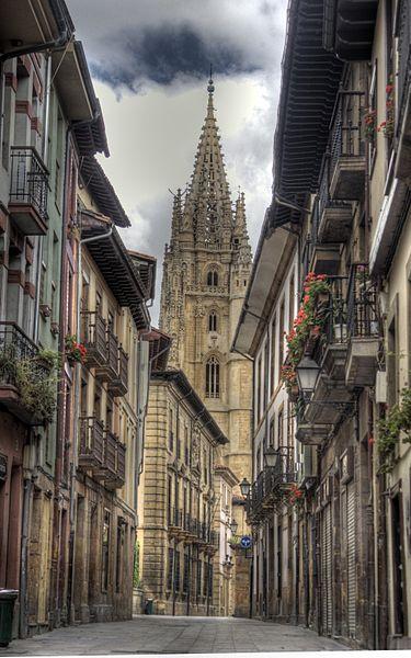 Fitxer:Catedral de Oviedo desde la calle Mon.jpg