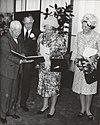 Charlie Chaplin krijgt in het Congresgebouw de Erasmusprijs uitgereikt. Van link, Bestanddeelnr 019-0619.jpg