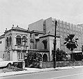 Collectie Nationaal Museum van Wereldculturen TM-20016610 San Juan. La Concha Hotel (rechts, oude woning (links) Puerto Rico Boy Lawson (Fotograaf).jpg