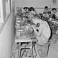 Diamantbewerkers (diamantslijpers) aan het werk in Natanya, Bestanddeelnr 255-4364.jpg