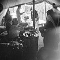 Distributie van voedsel in een tent in het vluchtelingen kamp Jalazoune nabij Ra, Bestanddeelnr 255-5729.jpg