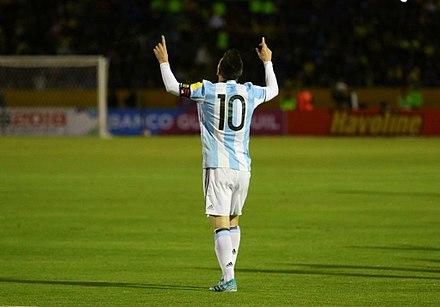 Messi celebra frequentemente seus gols apontando um dedo de cada mão para o  céu em dedicação 2c533e2236c17