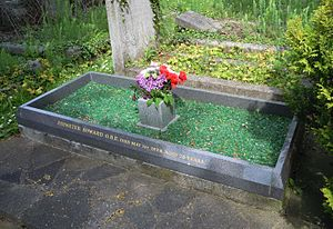 Letchworth Cemetery - Image: Ebenezer Howard Grave