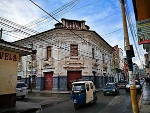 Huánuco - Image: Edifici a la confluència entre el jirón 28 de julio i el pasaje la Merced de Huánuco