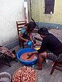 Elles preparent les jus Baoba pour vendre.jpg