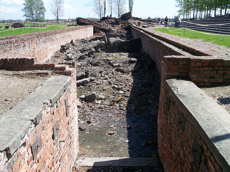Archivo:Entrance to Crematorium III in Auschwitz II (Birkenau).jpg
