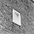 Exterieur ZONNEWIJZER NAAST OPHAALBRUG - Doornenburg - 20292859 - RCE.jpg