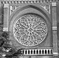Exterieur abdijkerk, toegangspartij, venstertracering boven de ingang - Berkel-Enschot - 20001140 - RCE.jpg