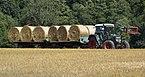 Fendt-Traktor beim Transport von Heuballen.JPG