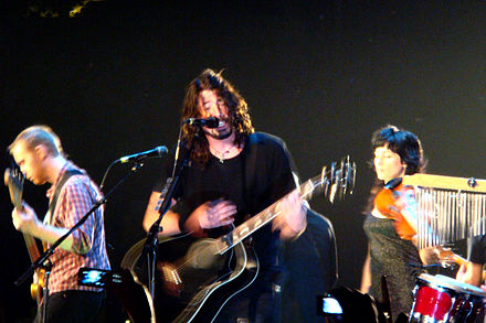 Foo Fighters performing an acoustic show in 2007 Foo Fighters Live 29.jpg