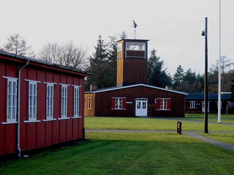 Fil:Frøslev Camp - main guard house 2004.jpg