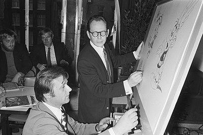 Albert Uderzo, à gauche,dessinant en compagnie de Morris, en 1971.