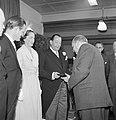 Genodigde overhandigt fabrieksdirecteur Jan van Abbe (midden met corsage) een do, Bestanddeelnr 255-8468.jpg