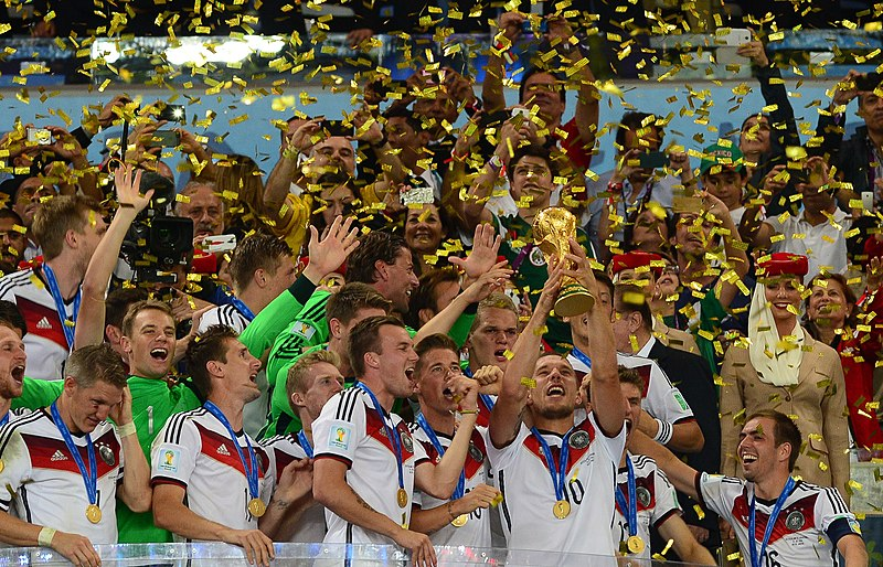 Ficheiro:Germany lifts the 2014 FIFA World Cup.jpg
