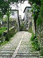 Gjirokaster - Ulicka vedouci k pevnosti.jpg