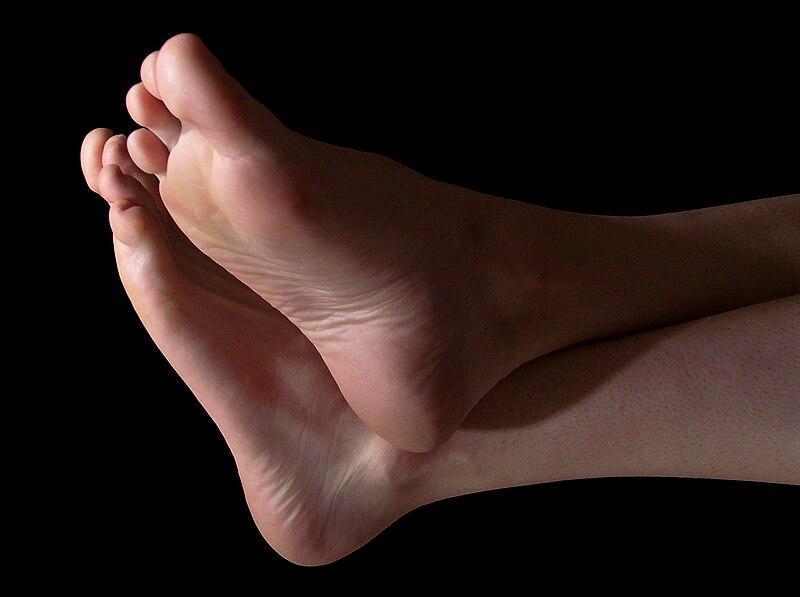 Fichier:Grown man's feet 1.jpg