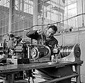 HUA-169905-Afbeelding van een monteur van de hoofdwerkplaats van de NS te Tilburg tijdens onderhoudswerkzaamheden aan de toerenteller van een diesel electrisch t.jpg