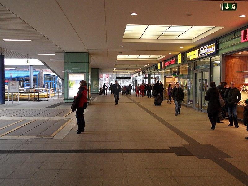 File:Hamburg - Bahnhof Altona - Querbahnsteig (6936401941).jpg