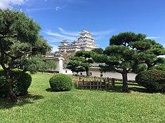 Himeji Castle keep tower seen from the Nishinomaru garden.jpg