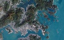 Спутниковый снимок, показывающий участки растительности и агломерации.