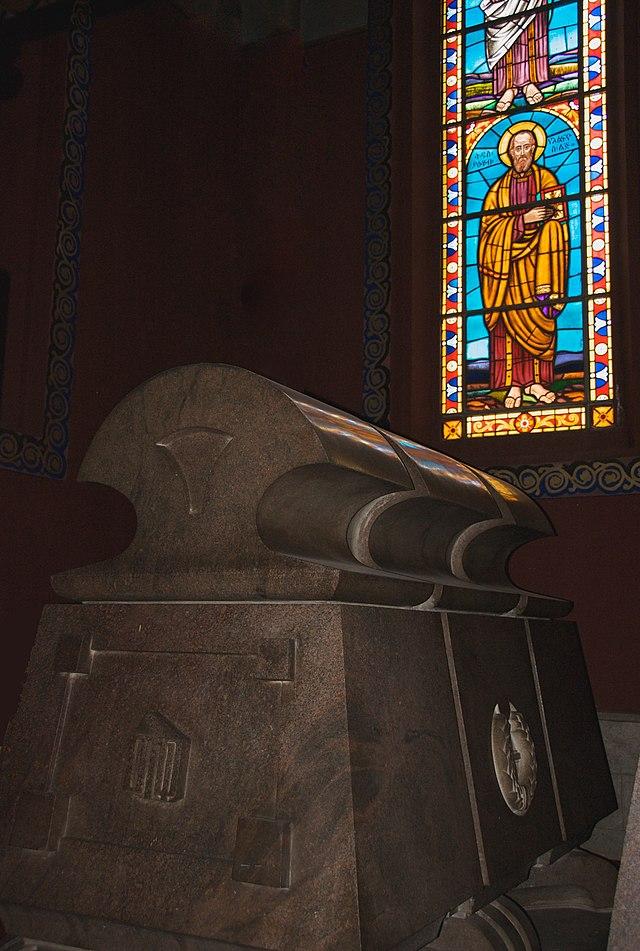 Imperial Sarcófago, Catedral de la Santísima Trinidad, Addis Abeba, Etiopía (3435489772) .jpg