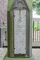 Privé-begraafplaats van de familie Van den Bergh: grafkruis