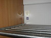 Intercity-Zug • Steckdose an Gepäckablage.JPG