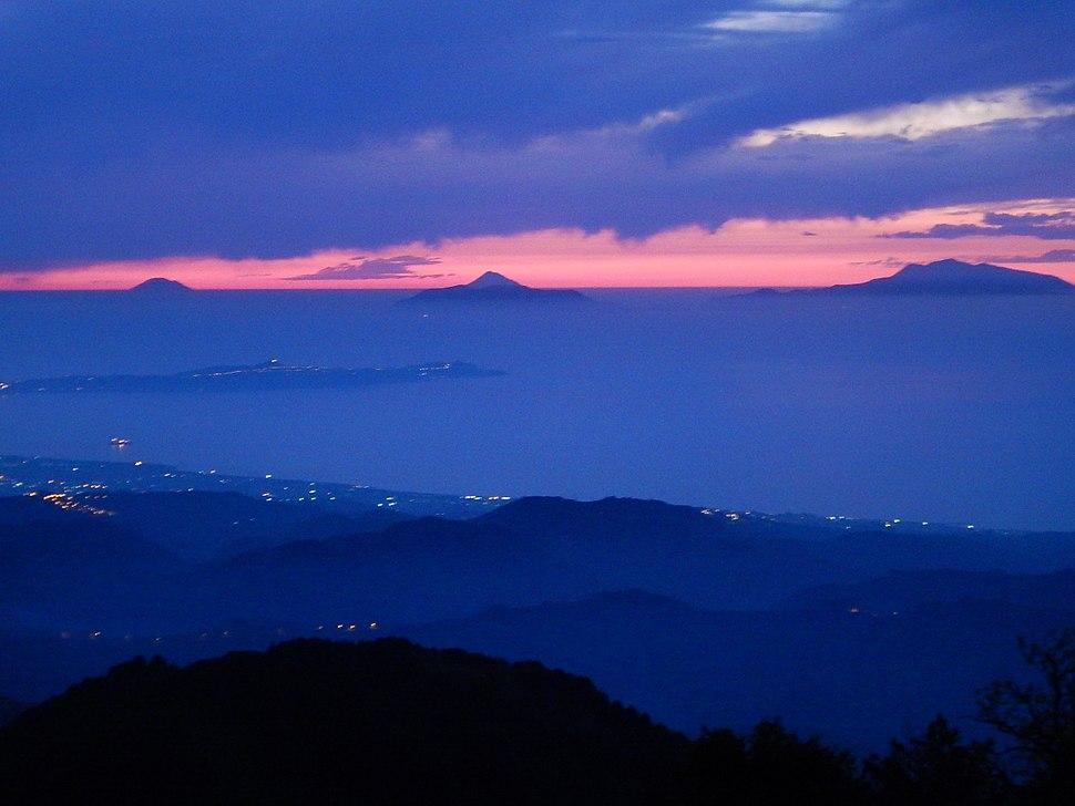 Isole Eolie al tramonto viste dai monti Peloritani, Sicilia