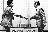 Анатолий Карпов (справа) и Гарри Каспаров