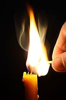 Kerze anzünden (26827176804)